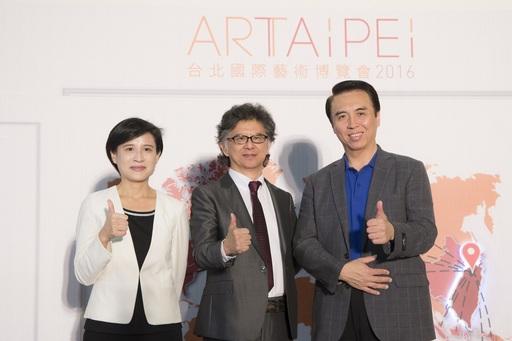 文化部長鄭麗君(左)、中華民國畫廊協會王瑞棋理事長(中)和立法委員陳學聖(右)合影
