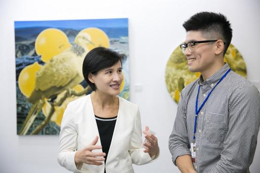 文化部部長鄭麗君女士(左)親自參觀「Made_In_Taiwan台灣新人推薦特區」,期勉台灣年輕藝術家帶來創新的藝術表現