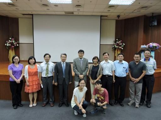 通識教育中心主任陳振雄主持講座。