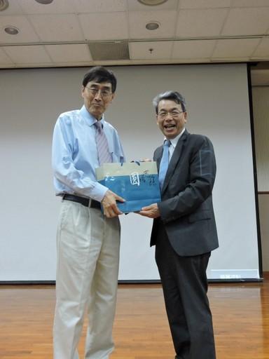 李文華校長致贈劉紹臣院士紀念品。