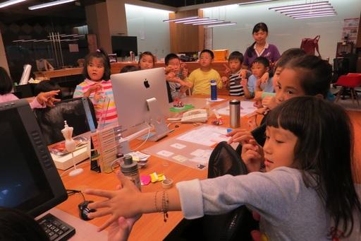 由創設系胡文和主任規劃活潑生動的創意發想設計課程,利用學校空間環境及隨手可得的素材,訓練小朋友創意思考的能力