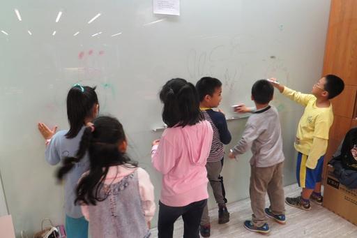 小朋友們分團隊創作壁畫,發揮天馬行空的創意