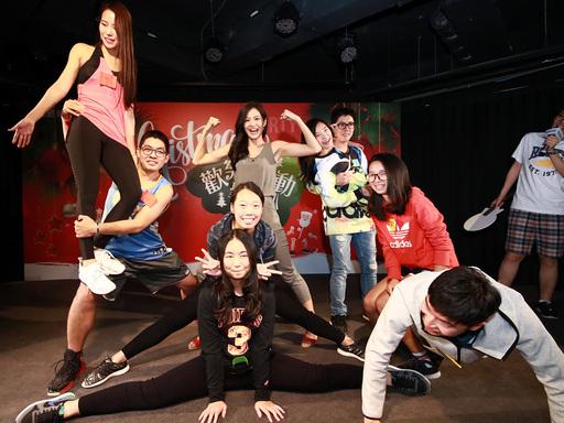 聖誕趴指定「運動風」為dress code主題,獲選最佳造型的得獎學員與Janet各自擺出逗趣姿勢。