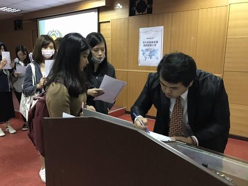 同學們積極發問,與新飛國際營運長鍾朝名良好互動。
