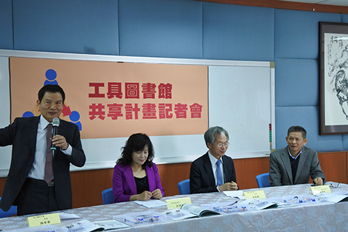東仁國中翁居易校長說明承辦工具圖書館業務