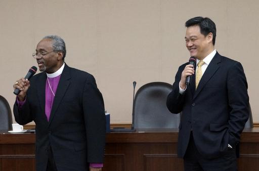 孔茂功主席主教(左)與全校教職員生分享專題「21世紀基督教大學的意義與重要性」,潘天佑博士(右)專程從北京返台擔任翻譯工作