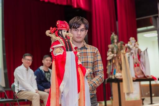 三昧堂布袋戲團邀請亞大同學上台表演「天官賜福」戲碼,帶給大家歡樂連連。
