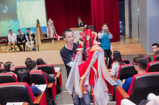 三昧堂布袋戲團團長嚴仁鴻手持戲偶,走到台下與亞大學生熱情打招呼。