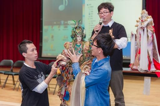 三昧堂布袋戲團團長嚴仁鴻教導亞大學生手持八公斤的戲偶表演,讓手中戲偶栩栩如生。