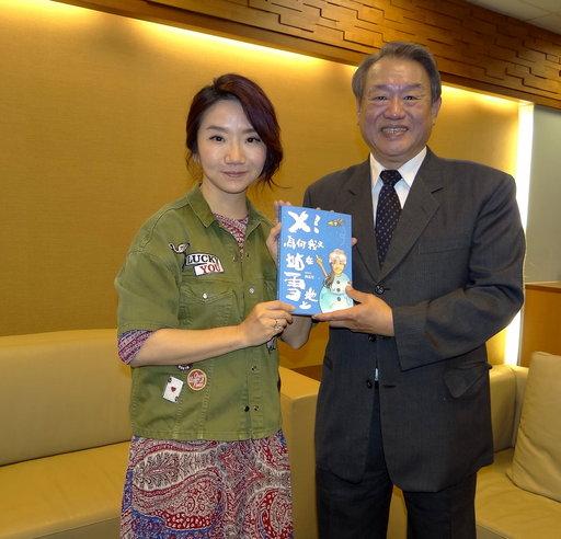 陶晶瑩贈新書給校長龔瑞璋。