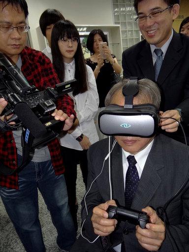 校長龔瑞璋體驗數位影音聲效。