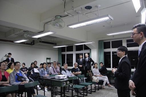 國際班學生家長均仔細聆聽學生對海外見習的說明,並由衷為自己孩子們的選擇感到驕傲。