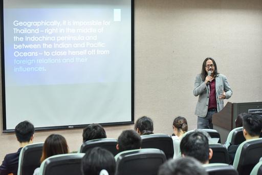 北藝大姐妹校泰國朱拉隆功大學戲劇系系主任Pawit Mahasarinand教授以《Lady Boy秀和傳統面具舞:究竟你、我在泰國觀看的是什麼?》為主題舉辦講座,分享泰國表演藝術的發展與意涵。