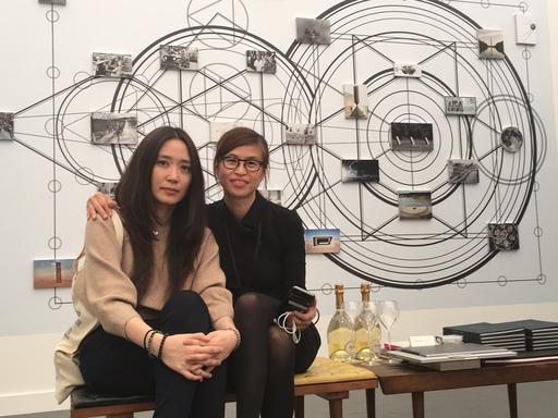其玟畫廊總監黃其玟與此次參展藝術家陳瀅如在展場合影