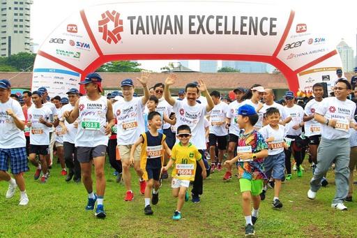 貿協搭配印尼形象展舉辦台灣精品路跑(Happy Run),董事長黃志芳(左3)引領印尼民眾起跑。