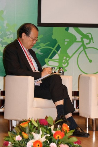 白袍CEO蔡長海董事長在會場勤做筆記。