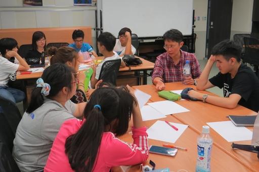 PJ Chen以唐詩作為設計靈感創作媒材與同學討論如何具體表現