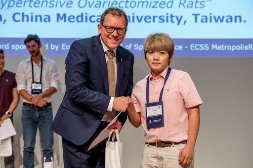 林懿苑同學榮獲歐洲運動科學年會頒發年輕研究者獎。
