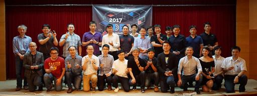 在經濟部工業局支持下、資策會創研所今(22)日舉辦「2017 IDEAS Tech Hackathon 智慧生活demo秀」,圖為資策會陳明義技術長(後排左一)與團隊於會後合影。