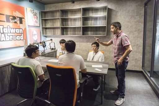 中信金融管理學院營隊式英語教學,在座落於中金院校內ICRT全台惟一分台的ICRT Tainan進行成果驗收,讓學生可以親身體驗錄音室的魅力