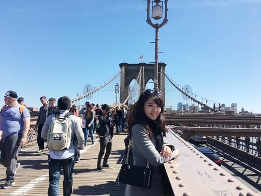 吳靜玫在國外旅遊時拍照留念。