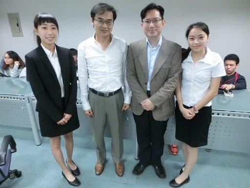 鄭伃芬(左起)十分感謝教授蕭宏金與系主任劉鴻陞在國考選科上給予幫助。(鄭伃芬提供)