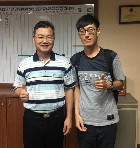 蘇健安(右)感謝蔡振昌老師推薦有效的讀書方法。(蘇健安提供)