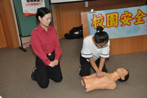 中州科大實施複合式災害防護訓練,學生進行CPR操作演練。
