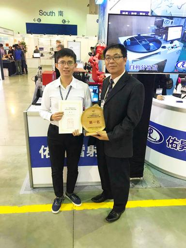佑昇雷射公司董事長潘忠義(右)十分肯定朝陽科大師生的專業研發能力。