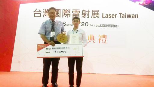 朝陽科大資工系學子洪承孝(右)獲得首獎,與台灣雷射科技應用協會理事長李原恆(左)合影。