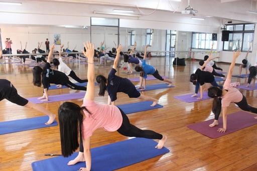 南大親善大使練習瑜珈端正儀態