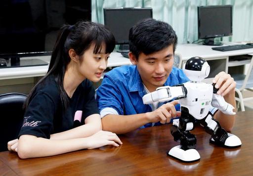 精卡科技公司成功開發人形機器人,該智慧機器人具備自然語音控制、撥接電話、跳舞及老人陪伴等人工智慧的功能