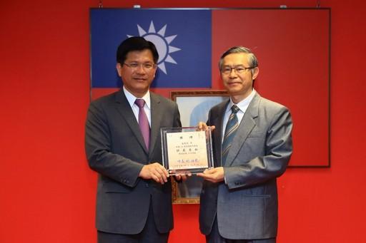 張恒鴻院長榮獲今年台中市「醫療貢獻獎」,台中市長林佳龍頒獎表揚。