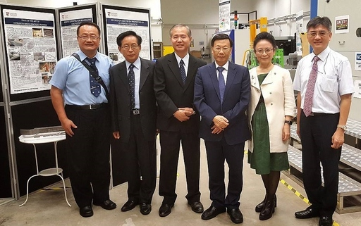 亞大校長蔡進發(右三)帶領亞大參訪團參觀南洋理工大學3D列印研究中心。