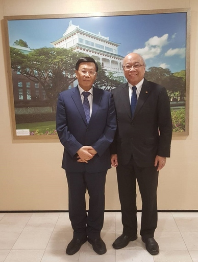 亞大校長蔡進發(左)和新加坡南洋理工大學副校長余明華相見歡。