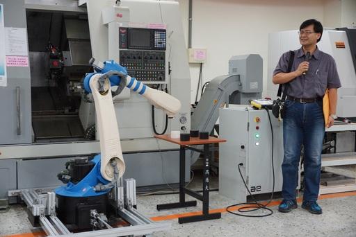 劉昭恕副教授介紹類產線功能展現及模擬(左為垂直式六軸多關節機器人)