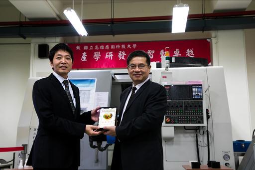 校長楊慶煜(右)致贈感謝獎盃予高明鐵公司總經理陳志鑫(左)