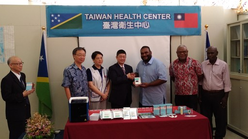 羅大使與我國廠商共同捐贈我國研發之新型登革熱病毒檢測儀器與快篩試劑