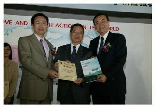 林昭庚教授多年來積極參與國際醫療活動,200年獲外交部長黃志芳與衛生署長侯勝茂頒獎。