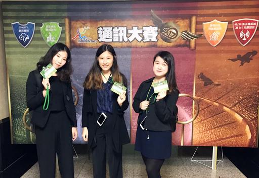 台北商業大學商業設計管理系學生團隊合影。趙家君、楊明臻、邱芳孟(左至右)