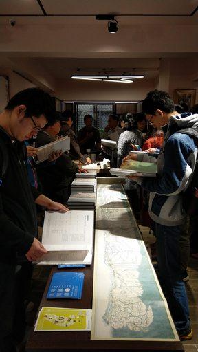 新書發表會現場展示新書及復刻版〈十八世紀末御製臺灣原漢界址圖〉