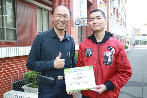 遠東科大電機系學生陳致凱(右)克服聽障獲得專業英日與區域賽電機電子類亞軍
