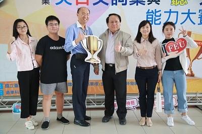 遠東科大謝盛文教務長(右3)的支持及吳敏萍(右2)、夏郭賢(左3)兩位老師的努力下,開始全校性地推動專業英文教學