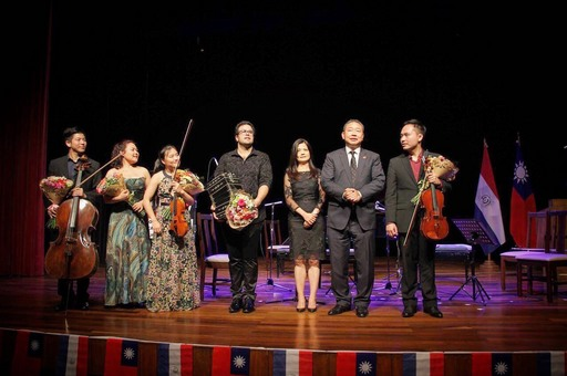 俞大使夫婦(右二及右三)偕「新亞室內樂協會」團員向觀眾致意