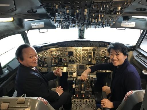 前衛生署署長葉金川醫師(左)在航空系波音737實體飛機的機師座艙,與菁英輔導總導師宋德慈教授(右)合影。