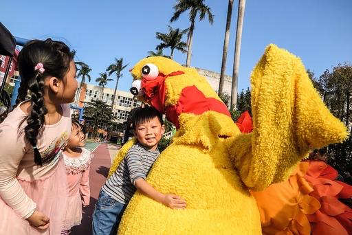 圖說: 孩子們都興高采烈地與火雞俠合照。