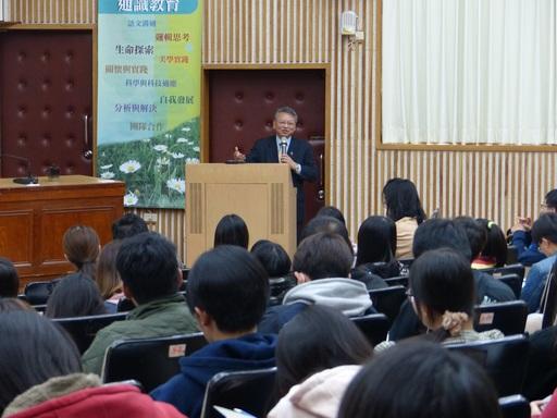 令狐榮達大使與南大生分享國際禮儀與外交實務