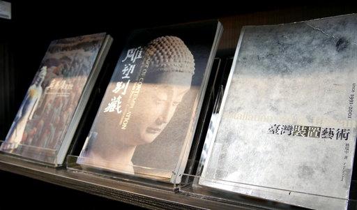 首批收藏由佛光山捐贈的「星雲大師全集」及美術家傳記叢書等。