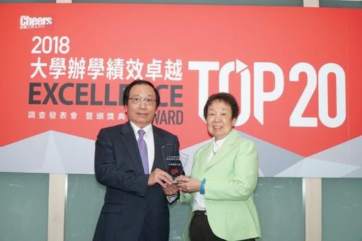 陳志鴻副校長代表李文華校長領獎。