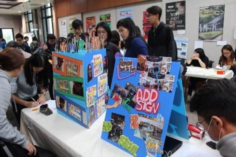 新聞圖說3:文藻外大教師吳芊諭指導共同英文課Level 9 學生,製作商店改造計畫。